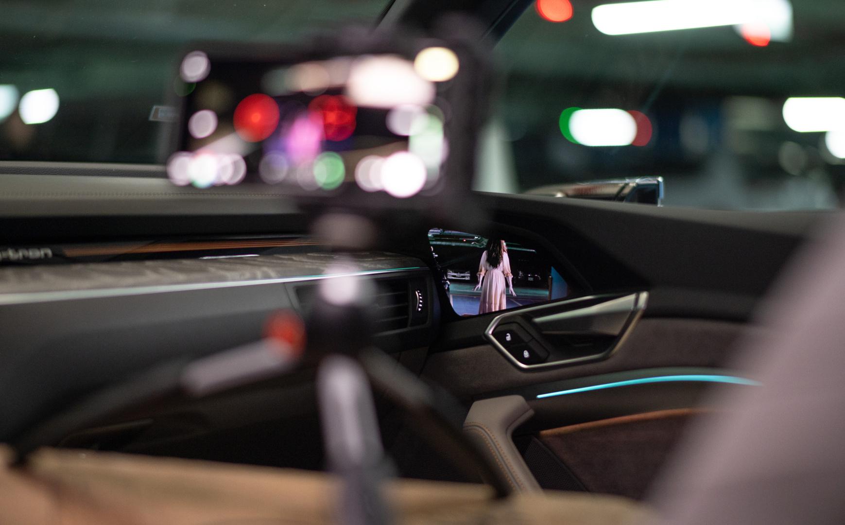 SMALL_Audi虛擬後視鏡倒映出影片中的神秘角色