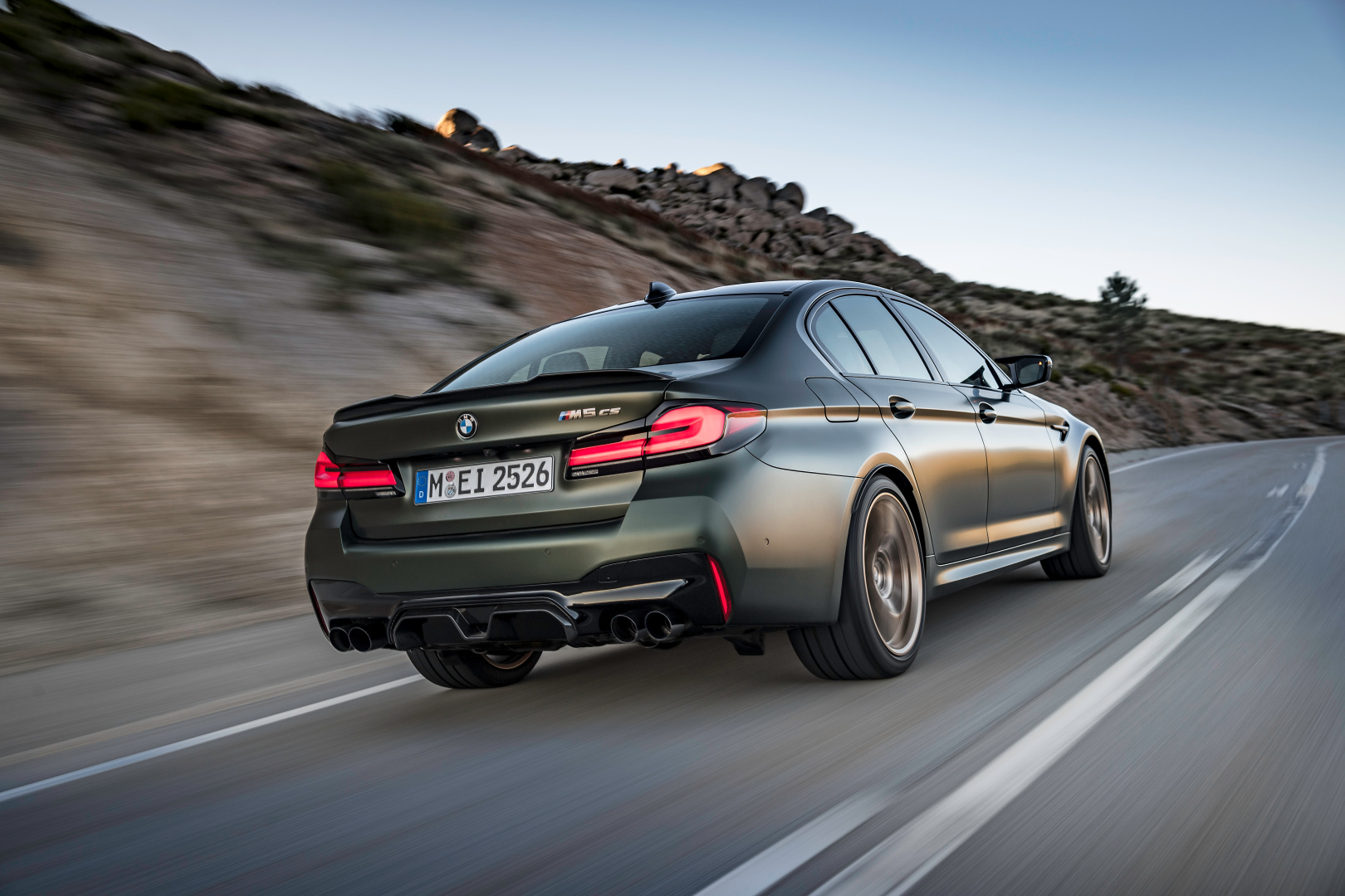 SMALL_P90411264_highRes_the-new-bmw-m5-cs-sc