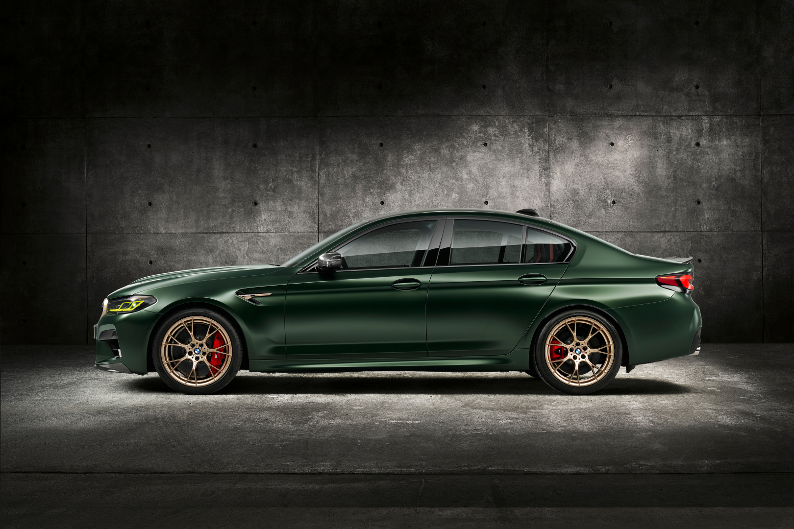 SMALL_P90411348_highRes_the-new-bmw-m5-cs-st