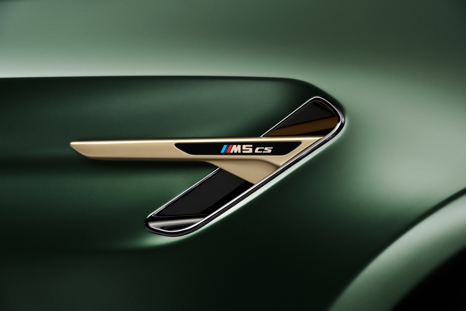 SMALL_P90411356_highRes_the-new-bmw-m5-cs-st