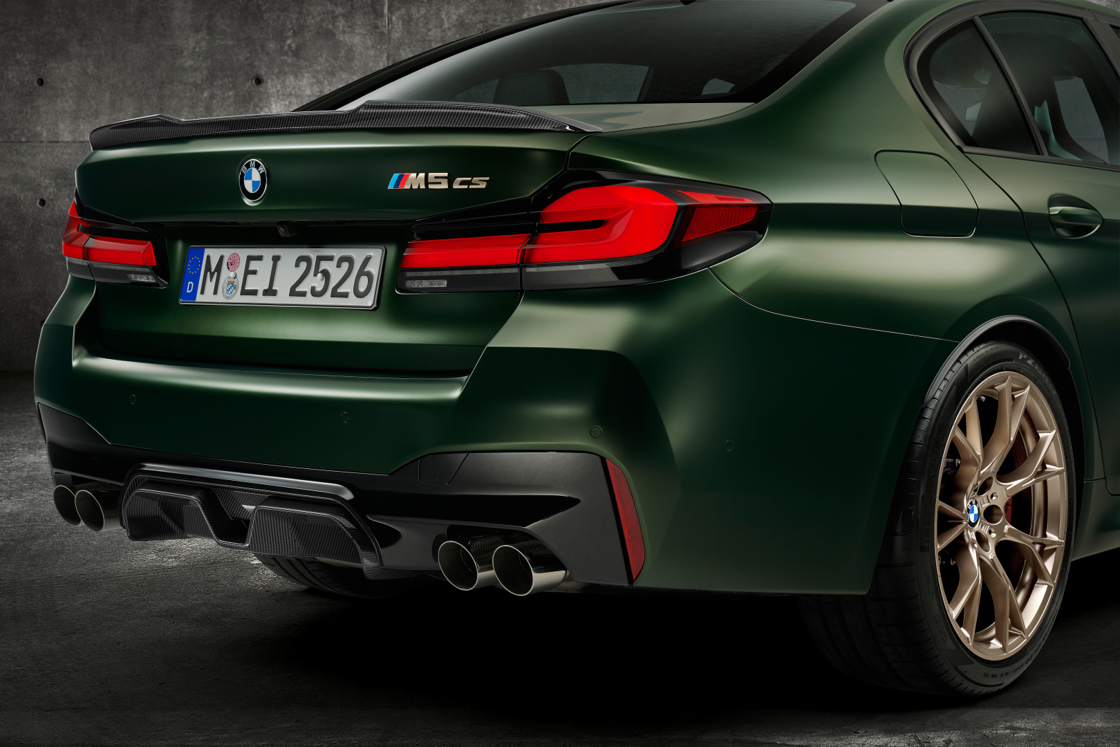 SMALL_P90411361_highRes_the-new-bmw-m5-cs-st