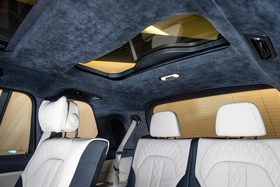SMALL_第三排座椅上方的獨立天窗