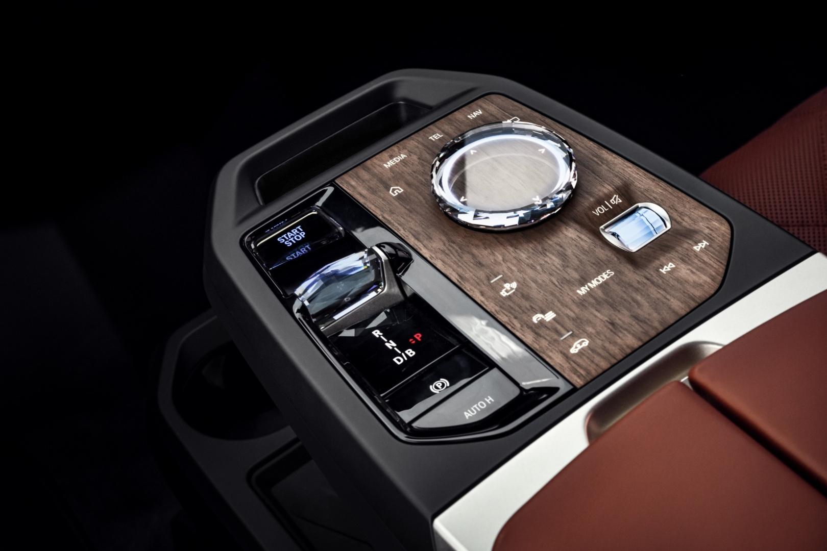 SMALL_[新聞照片七]全新排檔座設計、iDrive水晶觸控旋鈕操作介面搭配FSC森林管理委員會認證木材所製成的Shy-Tech隱形科技控制面板