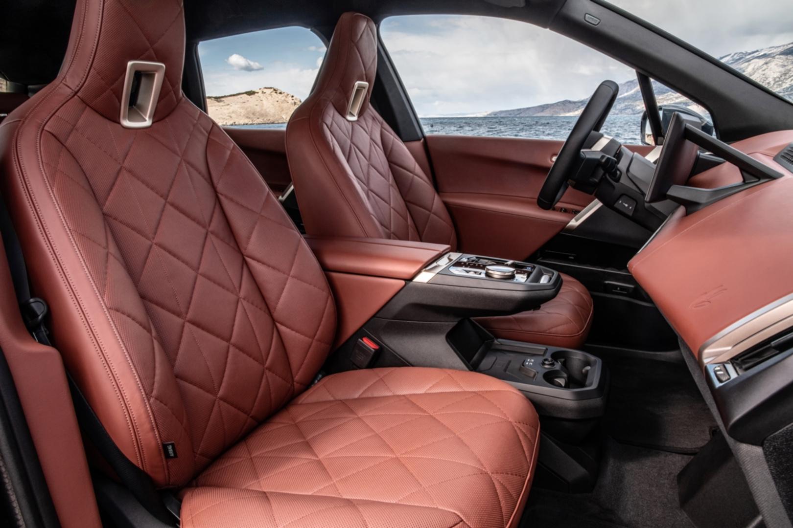 SMALL_[新聞照片五]採用橄欖葉萃取物鞣製的Castanea真皮材質一體式真皮座椅,展現BMW重視永續理念