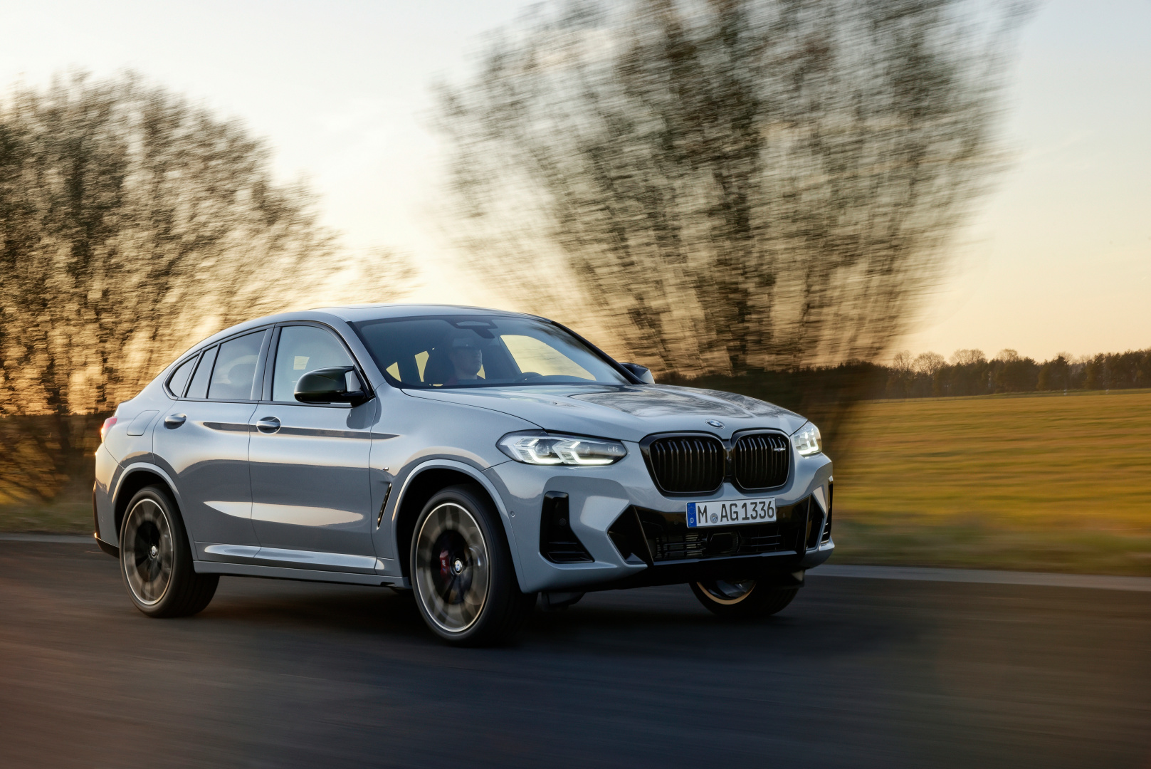 SMALL_P90424732_highRes_the-new-bmw-x4-m40i-