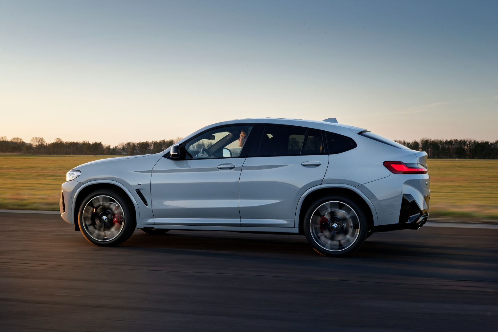 SMALL_P90424733_highRes_the-new-bmw-x4-m40i-