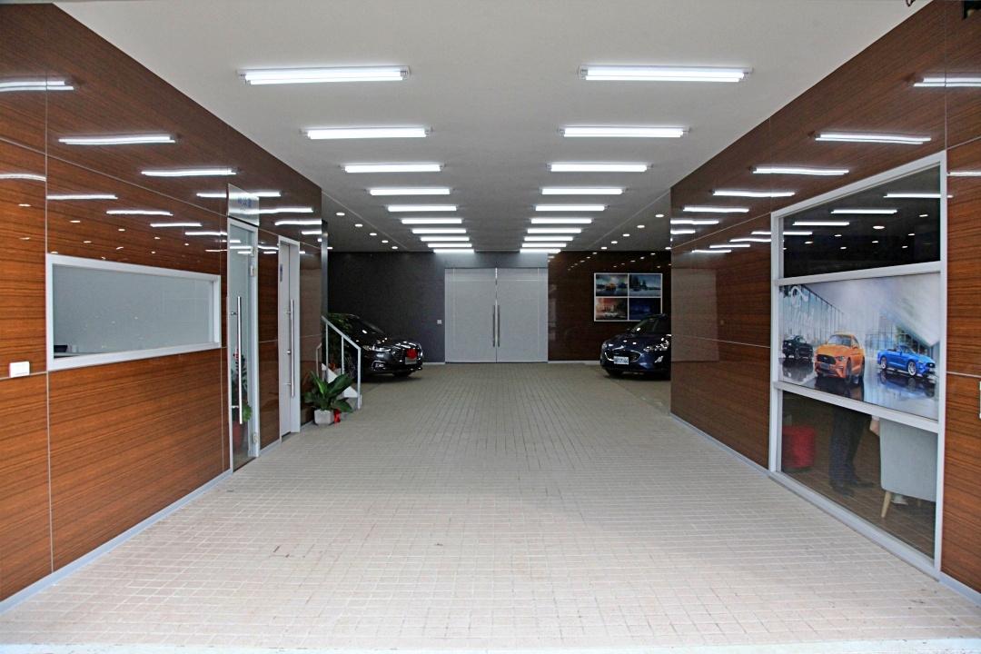 SMALL_【圖三】全新Ford建富汽車交車中心內在採用溫潤的木質牆板,搭配米色天地牆設計