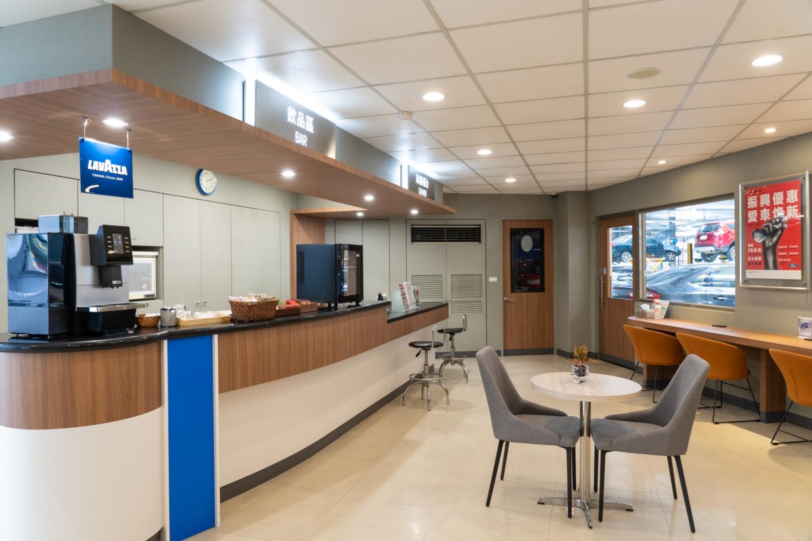 SMALL_【圖五】Ford福彰汽車員林據點嶄新落成的客休區融合木質元素,並由Ford與百年經典咖啡品牌Lavazza合作,以優質咖啡及絕佳體驗迎接準車主與新車車主